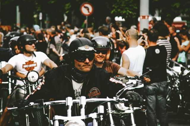muži na motorkách