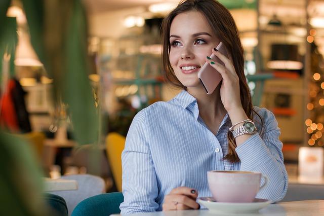 Žena telefonuje.jpg