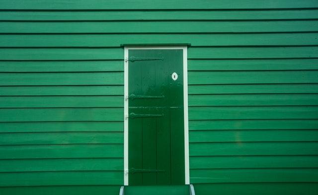 Zelené dvere na zelenom dome.jpg
