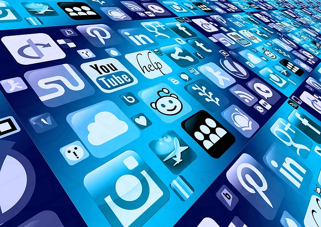 Smart aplikácie, sociálne siete, modré pozadie.jpg