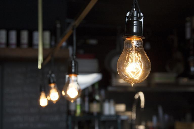 Štyri žiarovky, kaviareň, bar