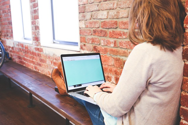 Žena pracuje s notebookom.jpg