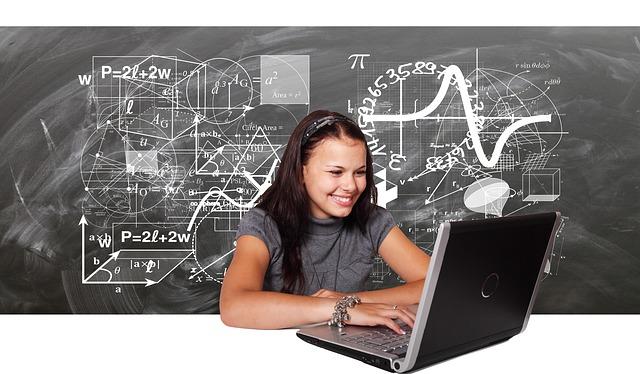 Usmiata mladá žena, notebook, učenie.jpg