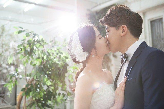 Ženích a nevesta sa bozkávajú.jpg