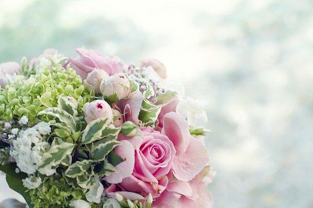 Farebná svadobná kytica na bielom podklade.jpg