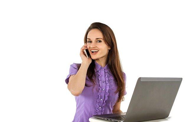 žena telefonuje pri počítači.jpg
