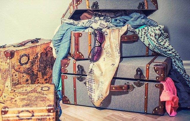 Plné kufre vecí, neporiadok, balenie