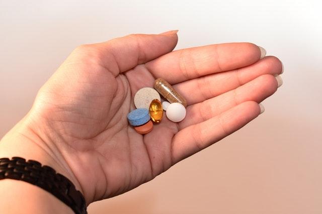 tabletky v dlani