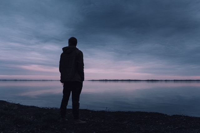 muž pri jazere
