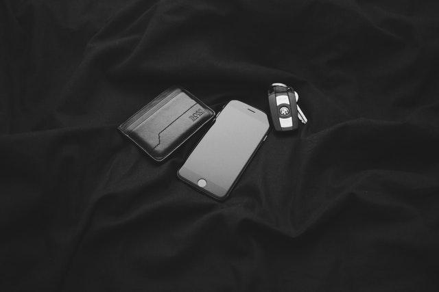 Čierna peňaženka mobil a kľúče od auta