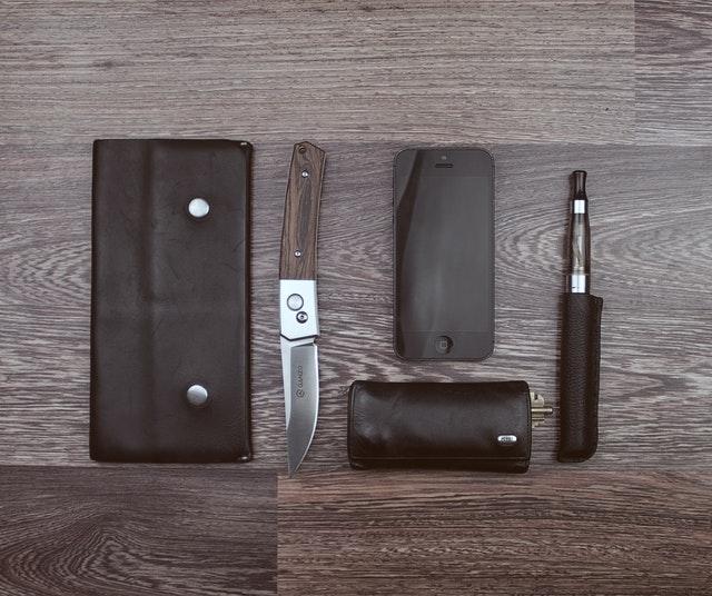 Peňaženka, nôž, mobil a elektronická cigareta