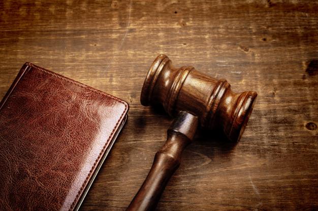 wooden-judge-hammer-notepad_93675-84723